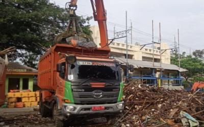Sampah Kiriman dari Depok Menumpuk di Pintu Air Manggarai