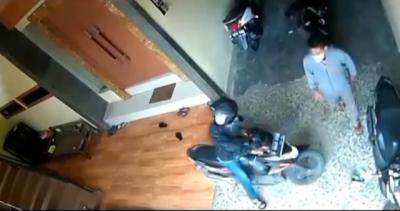 Terekam CCTV, 2 Bandit Jalanan Curi Motor di Indekost saat Siang Bolong