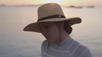 Penampilan Wulan Guritno Nikmati Sunset Bikin Adem, Netizen: Mengalihkan Segalanya