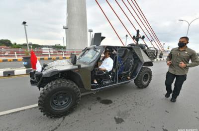 Ketika Presiden Jokowi Kendarai Mobil Taktis Lintasi Jembatan Sei Alalak di Banjarmasin