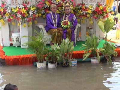3 Acara Pernikahan Direndam Banjir, Pengantin Ada yang Diantar dengan Ember