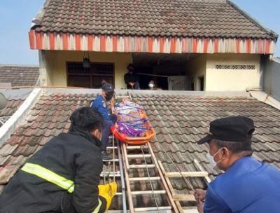 Dramatis, Petugas Evakuasi Lansia yang Sakit Keras dari Atap Rumah