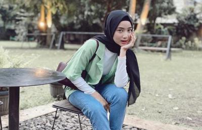 5 OOTD Hijab Simple Jeans ala Ansellma Putri, Hip Banget