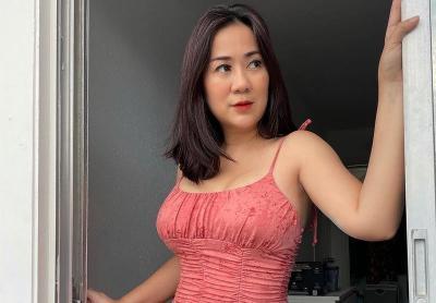 Tante Ernie Berpose Ngalangin Pintu dengan Mini Dress Pink, Netizen: Perfect