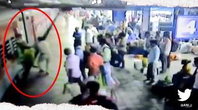Viral Aksi Polisi Selamatkan Wanita Hamil yang Nyaris Diseret Kereta di Stasiun