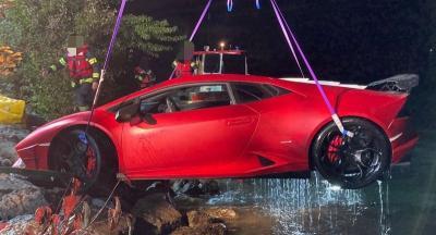 Mau Ngerem Malah Injak Pedal Gas, Lamborghini Nyemplung ke Danau