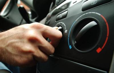 5 Penyebabnya AC Mobil Berbau Tak Sedap, Apa Saja?