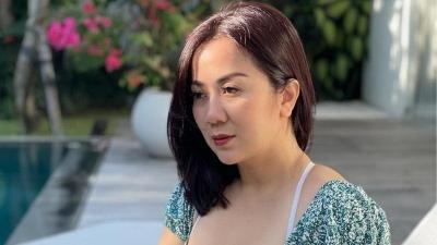 Pose Bengong Tante Ernie di Pinggi Kolam, Netizen: Melamun Aja Kece