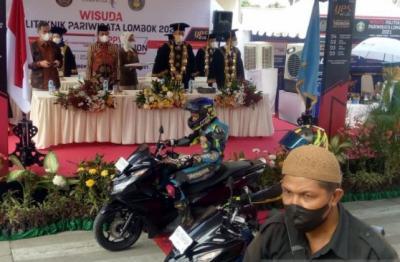 Wuihh... Wisudawan Politeknik Pariwisata Lombok Bergaya bak Pembalap MotoGP
