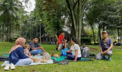Girangnya Warga Jakarta Piknik Lagi ke Ragunan, Sampai Borong 11 Tiket