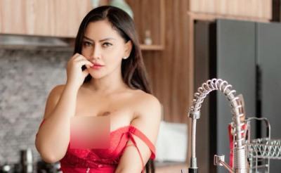 Tali Bra Merah Mami Sisca Melorot di Dapur, Netizen: Gak Usah Masak, Minum Susu Aja