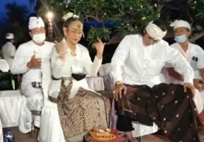 Pindah Hindu, Sukmawati Soekarnoputri Mandi Air Laut di Pantai Lovina