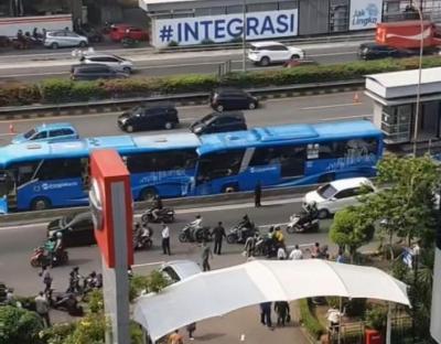 Breaking News: Dua Bus TransJakarta Tabrakan Beruntun di Jalan MT Haryono