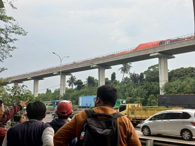 Kecelakaan LRT di Munjul Jaktim Jadi Tontonan Warga