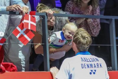 Momen Hangat Viktor Axelsen Cium sang Buah Hati Usai Segel Gelar Juara Denmark Open 2021