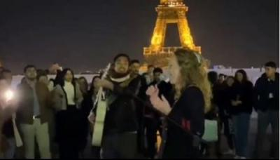 Viral Pria Makassar Ngamen Bareng Cewek Bule Depan Menara Eiffel, Penonton Dibuat Kagum