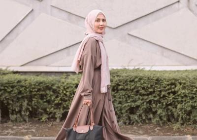 4 Gaya Hijab Simpel Cantik Rara Nawangsih si Mama Sofia di Sinetron Ikatan Cinta
