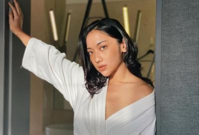 Anindita Hidayat Menggoda Pakai Handuk Kimono, Netizen: Duh Enggak Kuat