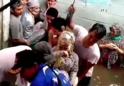 Viral Nikah di Musim Banjir, Pengantin Dibawa Pakai Bak Bayi
