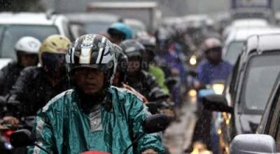 Dear Bikers, Ini 5 Tips Cerdas Memilih Jas Hujan untuk Berkendara