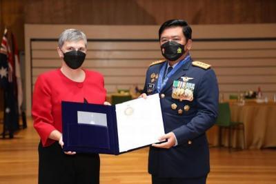 Panglima TNI Terima Tanda Gelar Kehormatan dari Australia