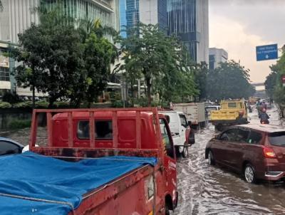 Diguyur Hujan, Jalan DI Panjaitan Macet Parah karena Terendam Air