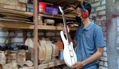 Sempat Terpuruk, Pemuda Asal Bojonegoro Raup Cuan dari Bisnis Gitar Custom