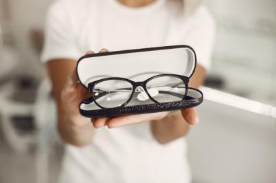 6 Tips Pilih Kacamata Sesuai dengan Bentuk Wajah