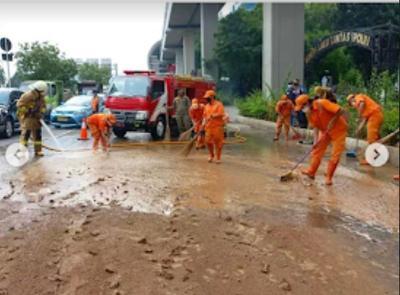 Ada Tumpahan Tanah di Jalan MT Haryono Pancoran, Arus Lalin Padat