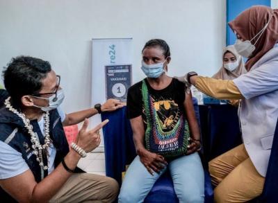 Awalnya Dicurhati, Sandiaga Uno Langsung Borong Kerajinan Mama Papua