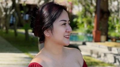 Seksinya Tante Ernie Malam Jumat Pakai Dress Merah: Ngelihatin Apa Hayo?