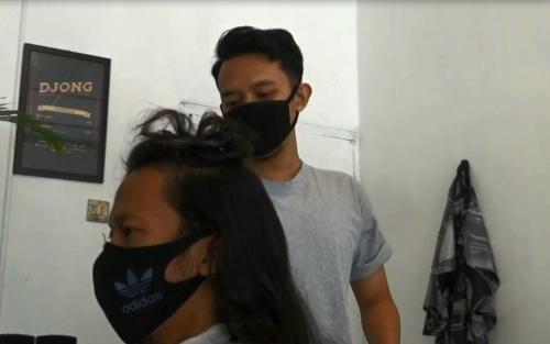 Lulusan S2 Memilih Jadi Tukang Cukur Rambut, Ini Kisah Inspiratifnya