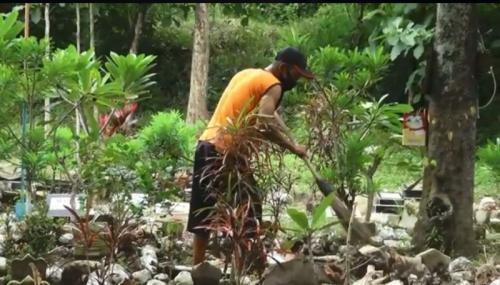 Kisah Pria Paruh Baya Pembersih Makam Rutin Santuni Janda-Janda Lansia