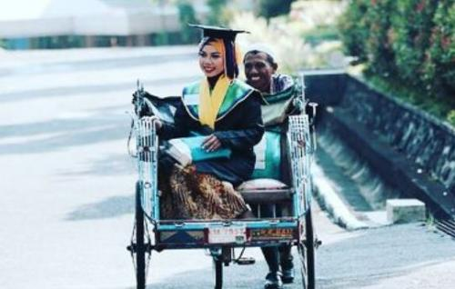 Raeni, Wanita yang Lulus Diantar Bapak Naik Becak Kini Jadi Doktor di Birmingham Inggris