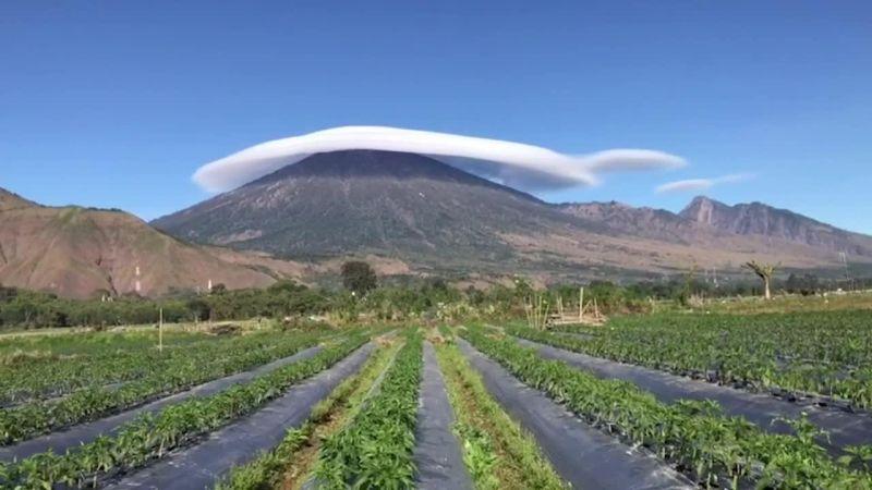 Did You Know: Mengungkap Misteri Awan Topi di Puncak Gunung