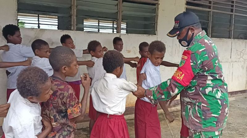 3 Kisah Inspiratif Anak SD Berangkat Sekolah: Jalan Kaki 3 Jam hingga Seberangi Sungai Kapuas