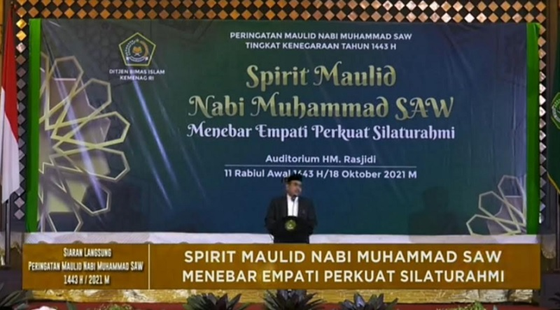 Putra Mbah Moen: Jokowi-Ma'ruf Ciptakan Tren Naik Pesawat Sarungan
